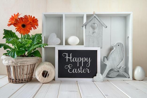 春の装飾が施された春の壁。イースター装飾、テキストが付いている飾り戸棚