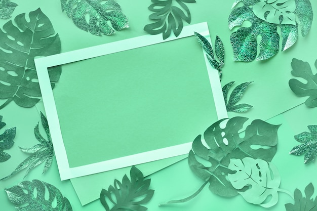 Бумажное ремесло, тонированное модным нео-мятно-зеленым цветом с экзотическими тропическими листьями