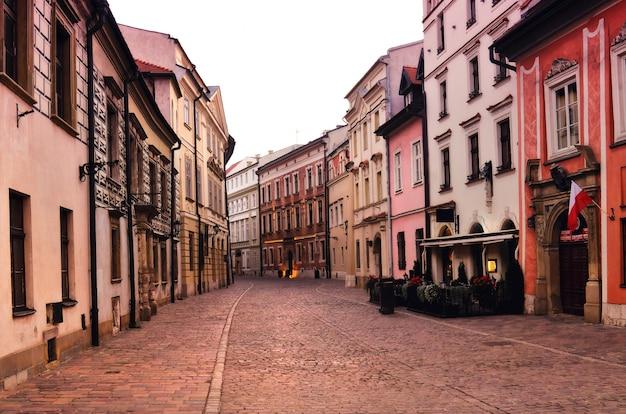 クラクフの夜明けに伝統的な中世の家々