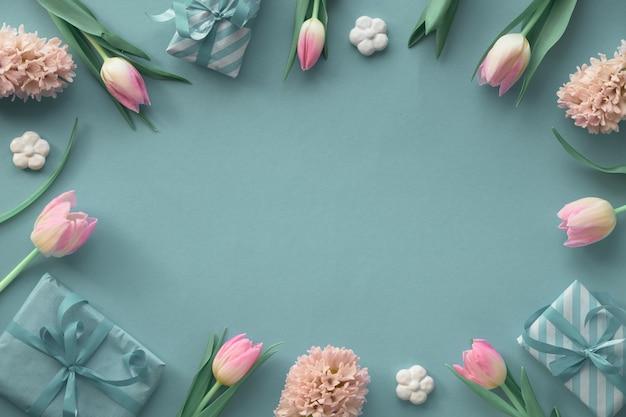春の緑と青の壁にピンクのチューリップ、ヒヤシンスと春の装飾、コピースペース