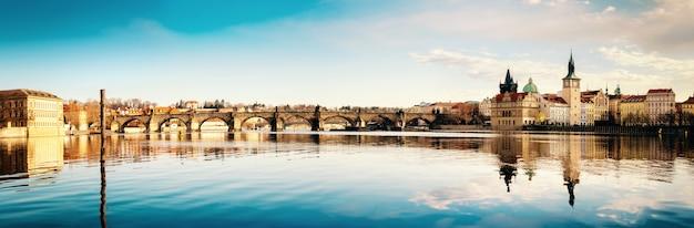 Прага, карлов мост отражается в реке влтаве