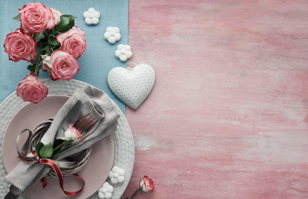 バレンタインの日、誕生日や記念日のテーブルセットアップ、明るいピンクの背景、コピー領域の平面図