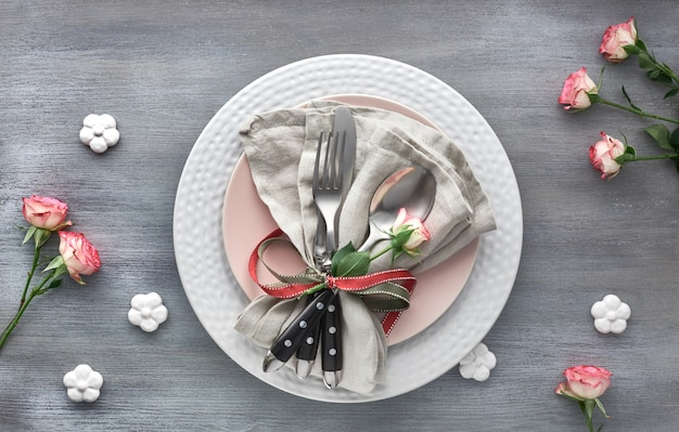 Настройка стола на день святого валентина, дня рождения или годовщины, вид сверху на серый фон
