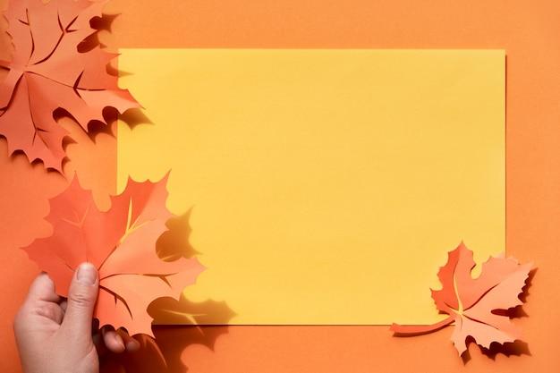 影と紅葉、紙の背景にコピースペースとフラットレイアウト