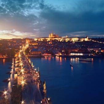 川を渡ってプラハの夜の鳥瞰図