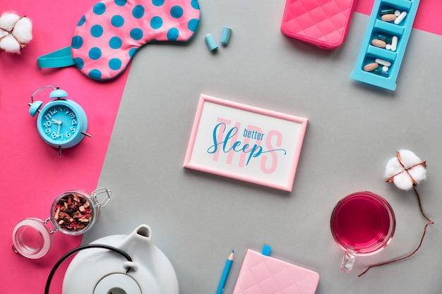 Текст «хороший сон лучше советы» в рамке. розовая маска для сна, будильник, наушники и беруши. таблетки, капсулы и успокаивающий чай. плоская планировка, двухцветная коралловая и крафт-бумага