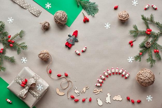 。ゼロ無駄なクリスマス、素朴な木のコンセプトフラットレイアウト。手作りの贈り物、生分解性材料からのプラスチックなしの自然なクリスマスの装飾。フラットレイアウト、クラフト紙の壁の平面図。
