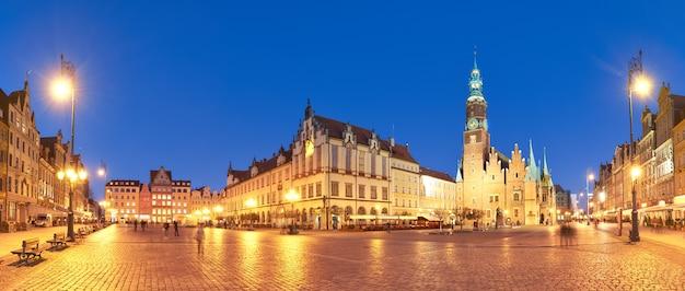 マーケット広場とヴロツワフ、ポーランドの夜の市庁舎