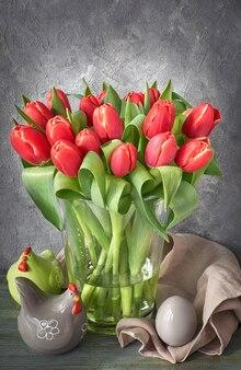 Букет из красных тюльпанов, весенние украшения на сером деревенском фоне