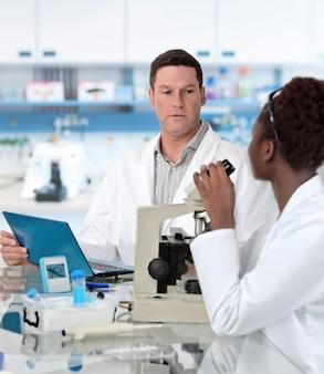 科学者は組織学的研究室で働く