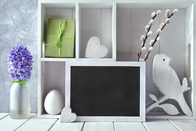 春の装飾、青いヒヤシンスと柳の花の飾り戸棚