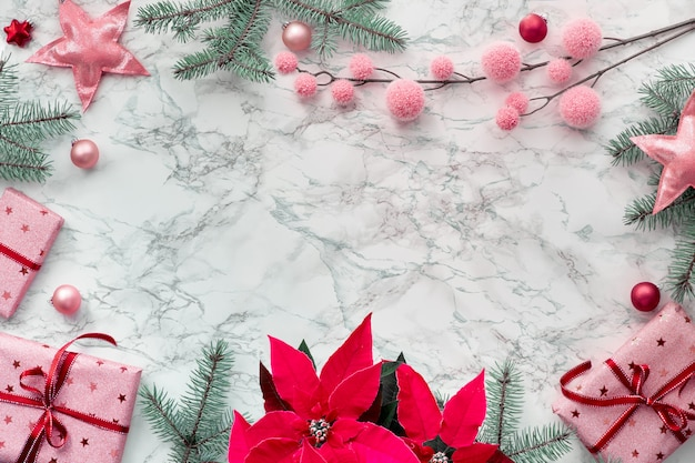 活気に満ちたフクシア色のポインセチアで作られたフレーム付きクリスマスフラットレイ