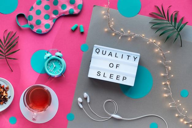 Маска для сна, будильник, наушники и беруши. успокаивающие средства - таблетки, капсулы и чай. плоский макет, двухцветный розовый и крафт-бумага текст