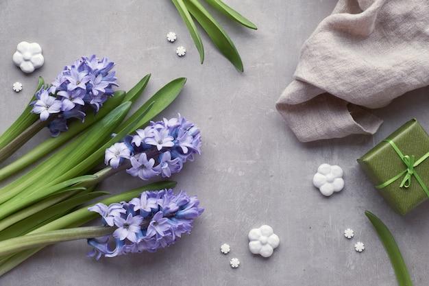 明るい石の背景、上面に青いヒヤシンスの花