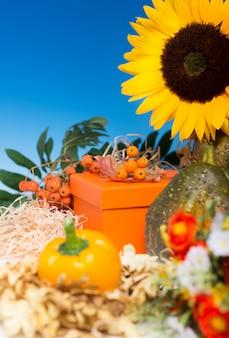 ギフト用の箱の周りの秋のアレンジメント