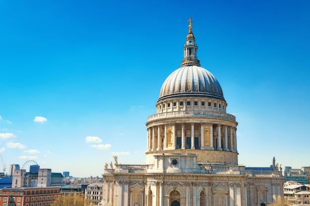 明るい晴れた日にロンドンのセントポール大聖堂