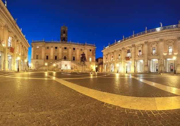 ローマのカピトリーノの丘の上のカンピドリオ広場のパノラマ