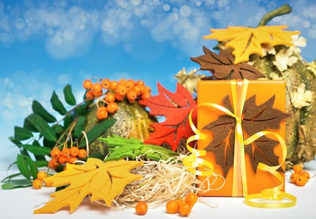 ギフト用の箱と秋のアレンジメント