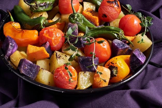 素朴なオーブン焼き野菜のベーキング皿