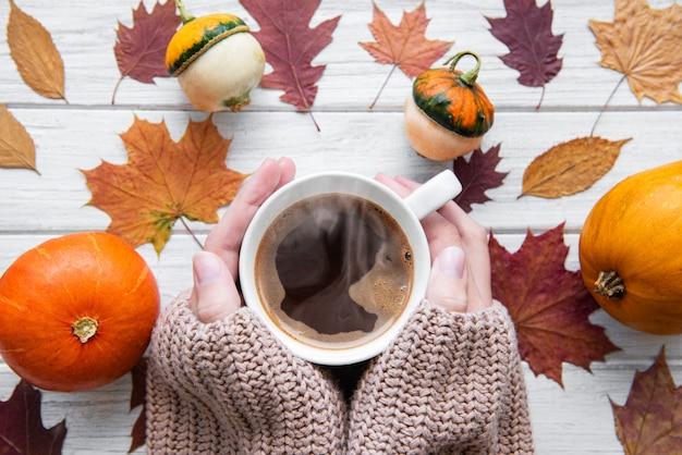 温かいコーヒーを持っている手