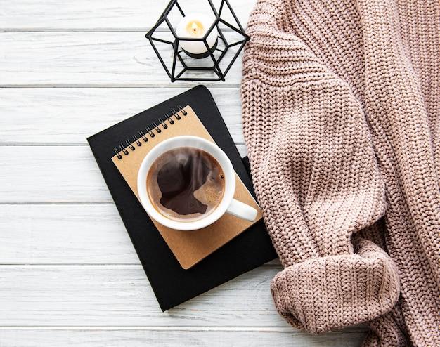 コーヒーカップと秋の家居心地の良い組成