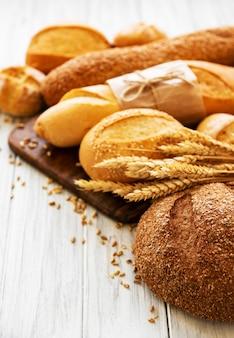 焼きたてのパンの品揃え