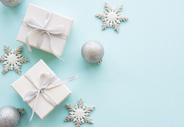 Рождественский праздник белые подарочные коробки на синем фоне
