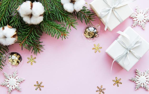 Рождественские праздничные подарочные коробки на розовом фоне