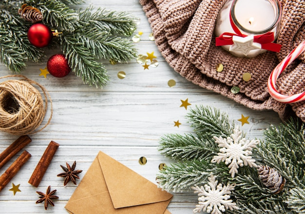 Свечи и рождественские украшения