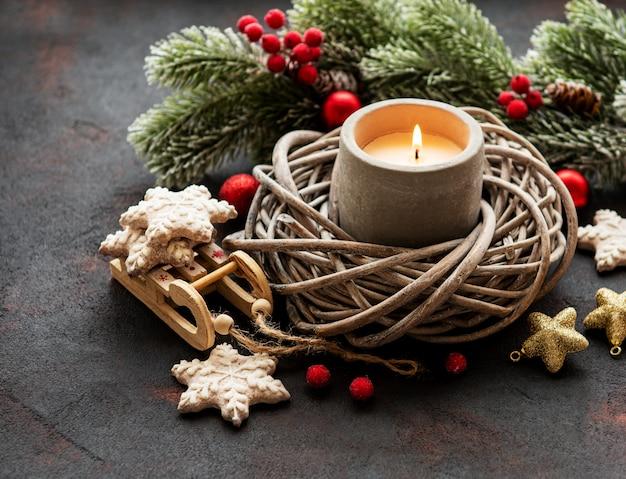 キャンドルとクリスマスの飾り
