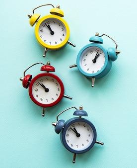 パステルブルーの背景の目覚まし時計