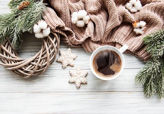 Рождественская композиция с печеньем и кофе