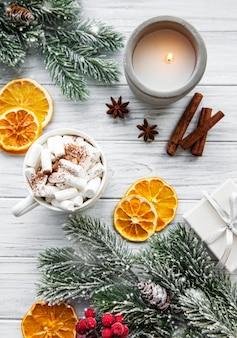 Рождественская композиция с горячим шоколадом и украшениями