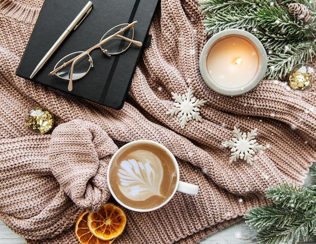 一杯のコーヒーと装飾クリスマス組成