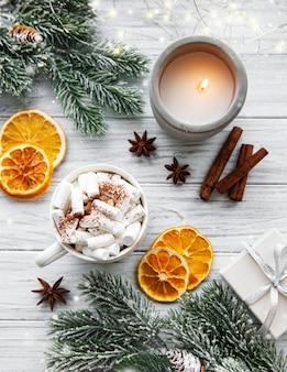 ホットチョコレートと装飾クリスマスの組成