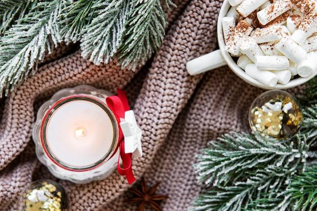 一杯のホットチョコレートと装飾クリスマス組成