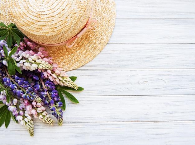 Соломенная шляпа и цветы люпина
