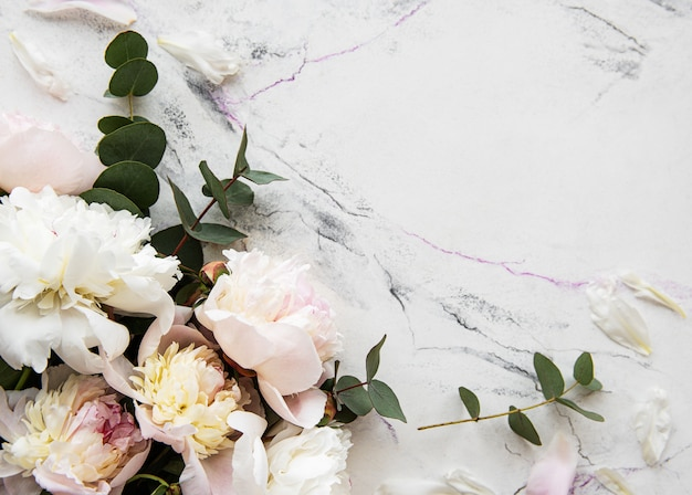 Розовые пионы на фоне мрамора