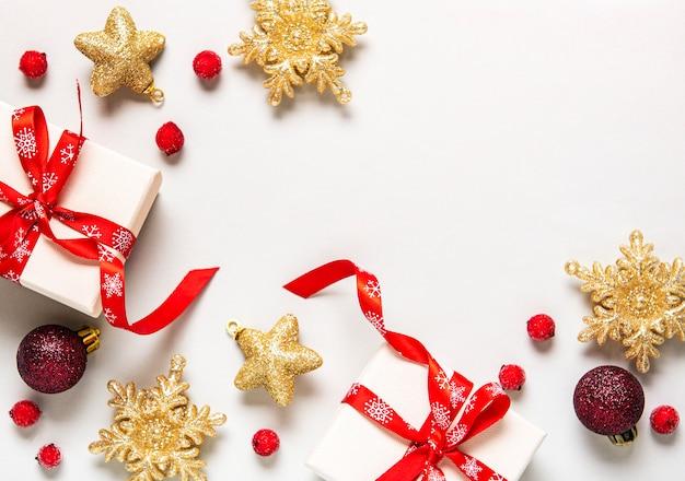 Рождественская праздничная композиция с орнаментом