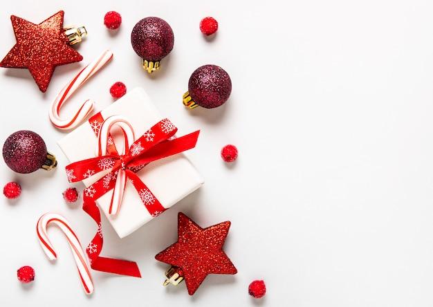 Подарки, конфета и красные украшения