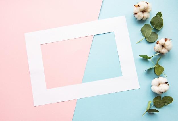 白いフレームと綿の花