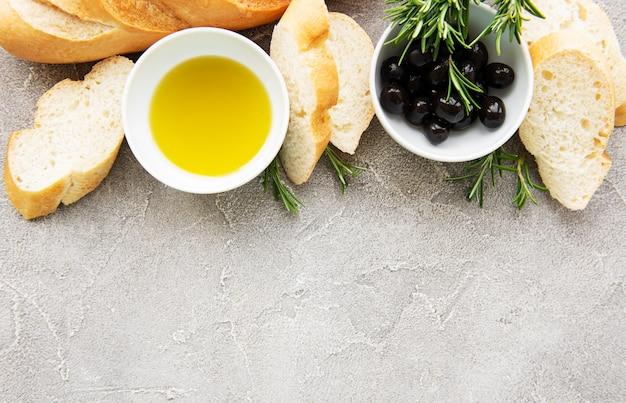Нарезанный свежий хрустящий багет с оливками и специями