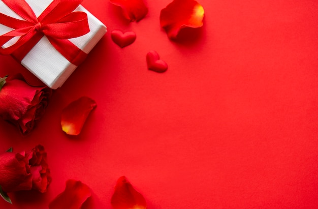 花びらとプレゼントとバレンタインデーの組成