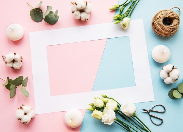 Белая рамка и хлопковые цветы