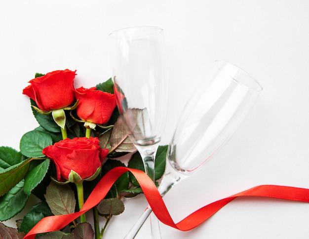 Красные розы и два бокала