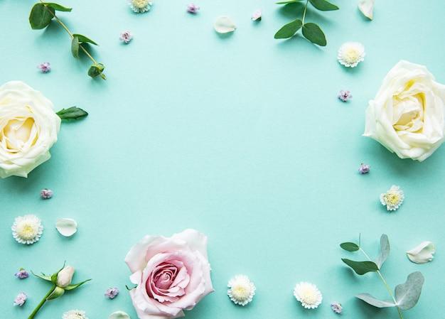 Композиция цветов на зеленом фоне