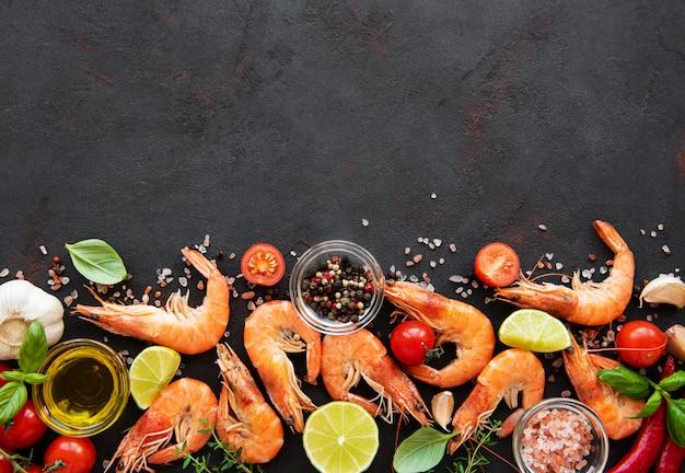 Свежие морепродукты - креветки с овощами