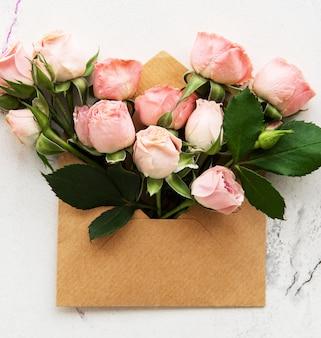 封筒とピンクのバラ
