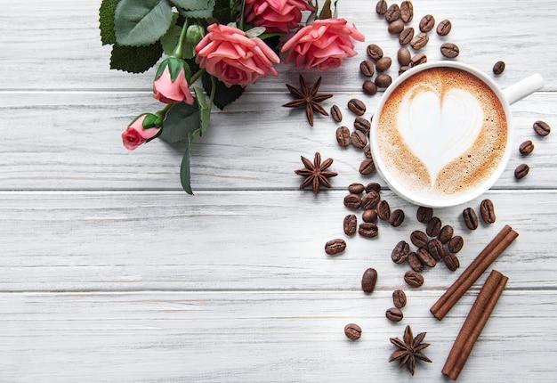 心の背景を持つコーヒーカップ
