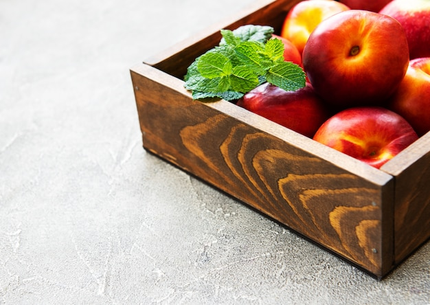 Коробка с нектаринами
